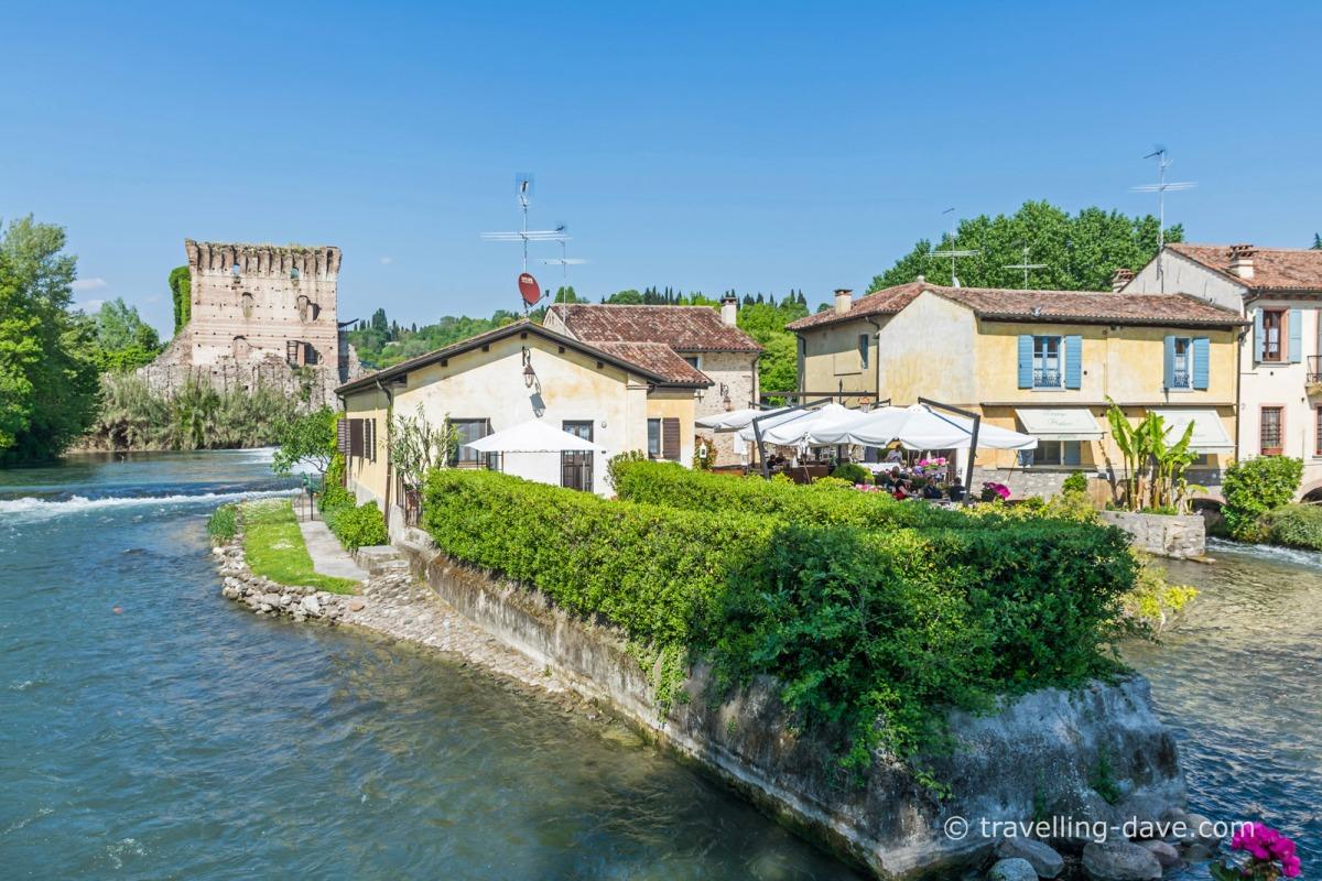 Riverside houses in Borghetto sul Mincio