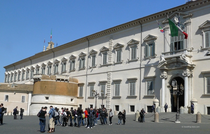 People outside Palazzo del Quirinale in Rome