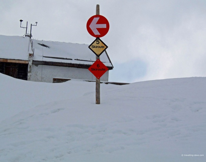 Red and yellow ski routes signs