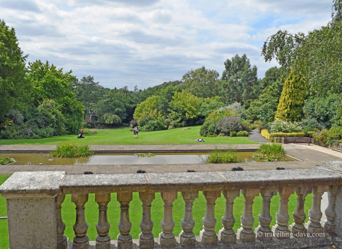 Secret Garden: London Hidden Parks And Gardens Featuring Butterflies